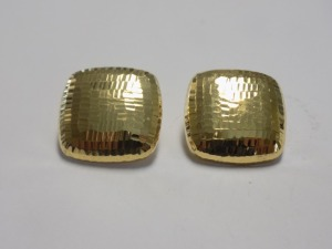 18 Karat Yellow Gold 21 mm Square Cushion Shape Textured Finish Clip-on Earrings which are in Excellent Condition and Weigh 5.3 Grams.