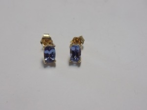 Pair of 10 Karat Yellow Gold Pierced Earrings Holding a Rectangular Cushion Shape Light Violet Tanzanite in Each; the Earrings are in Excellent Condition and Weigh 0.9 Gram.
