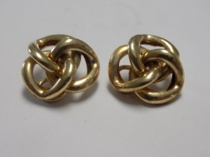Pair of 14 Karat Yellow Gold Love Knot Design Clip-on Earrings which are in Excellent Condition and Weigh 4.0 Grams.